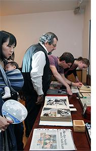 Die Besucher des Monatstreffs betrachten die Erinnerungsstücke an Rolf Anschütz
