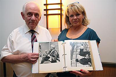 Gero Seifert und Sabine Anschütz zeigen ein Foto von Rolf Anschütz